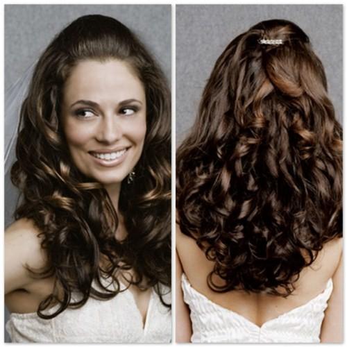 Valorize os cachos no penteado.